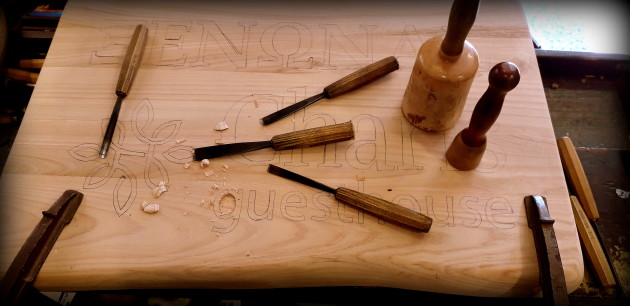 Καλημέρα. Έτοιμη η δεύτερη ταμπέλα του Άγγελου. Και οι δύο είναι φτιαγμένες από ξύλο καστανιάς. Καλές δουλειές!!!